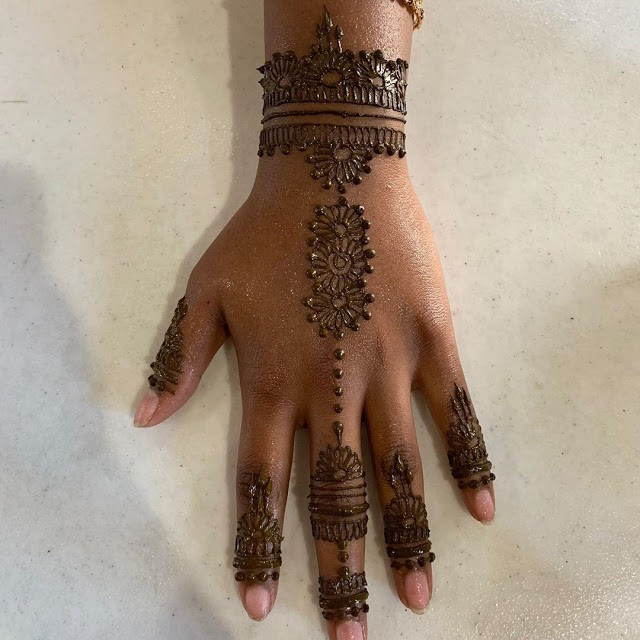 This one that looks like a hand harness For all the mothers who want a special mehndi design for your baby girl, this is your ideal happy pick.